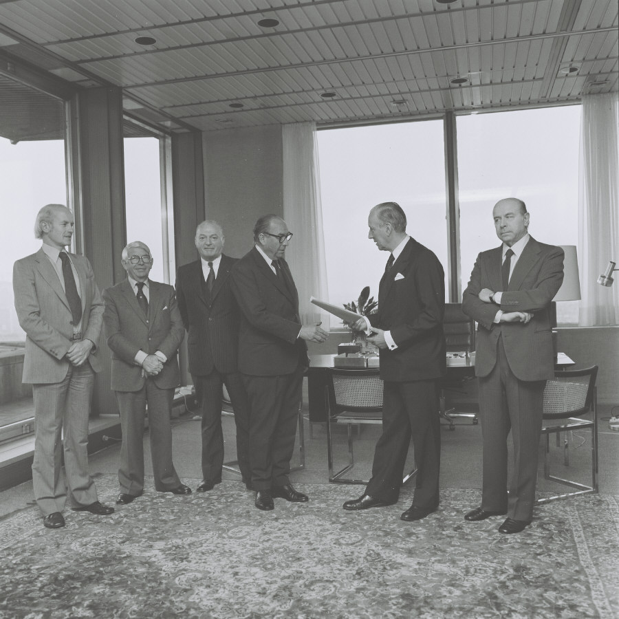 Handing over of the report from the group of independent personnalities by Dirk-Pieter Spierenburg to Roy Jenkins