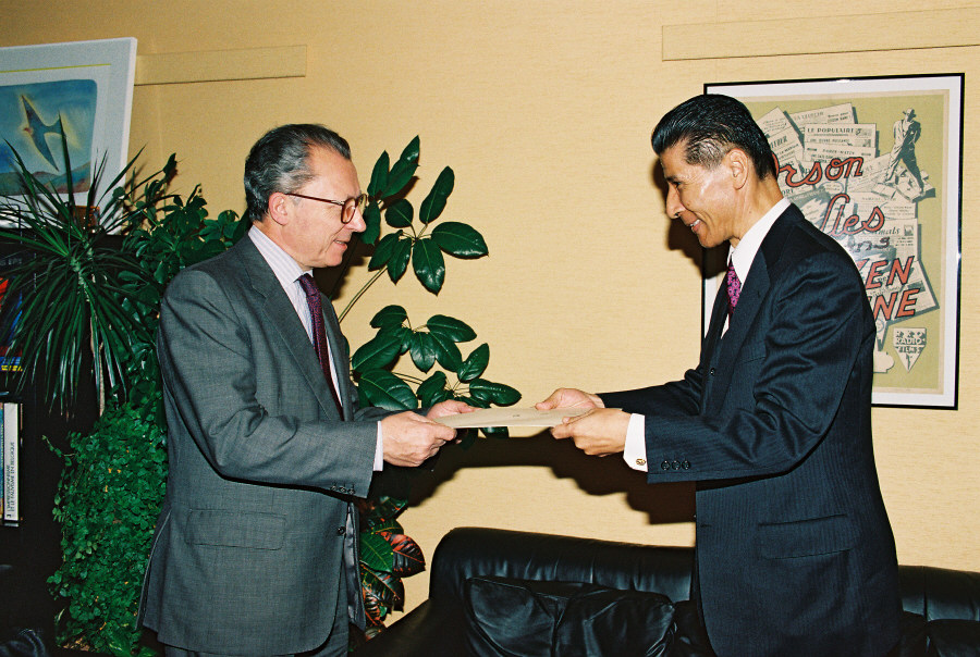 Presentation of the credentials of the Head of the Mission of Japan to Jacques Delors, President of the CEC