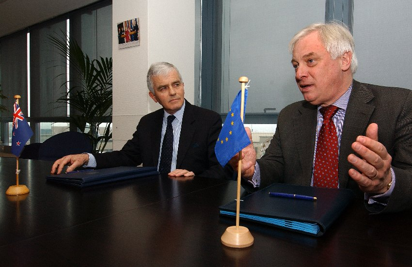 Signature of an agreement to open an EC Delegation in Wellington, New Zealand