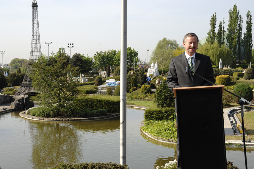 Inauguration by Siim Kallas, Vice-President of the EC, of reproductions of the new Berlaymont building and the Jean Monnet House at Mini-Europe