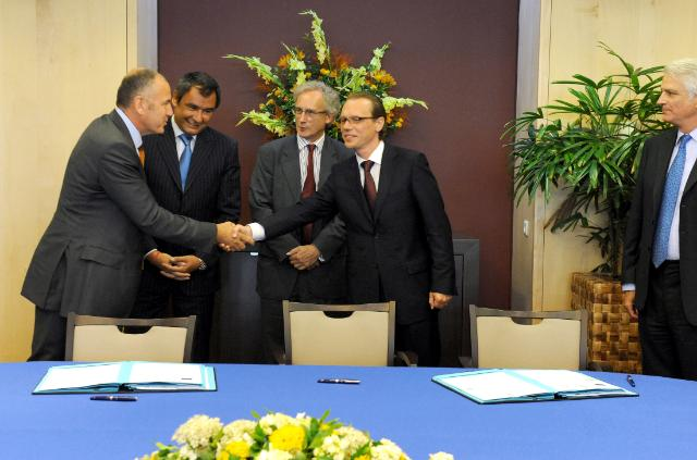 Signature of the agreement to combat illicit trade in tobacco by the EC and British American Tobacco