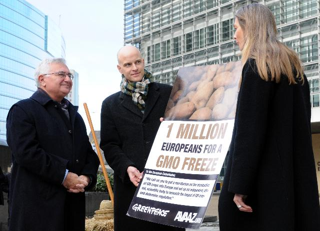 Presentation of a petition from Greenpeace and Avaaz against GMOs, constituting the first European Citizens' Initiative