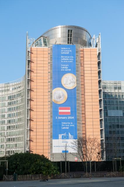 L'affiche de bienvenue à la Lettonie dans la zone euro sur la façade du Berlaymont