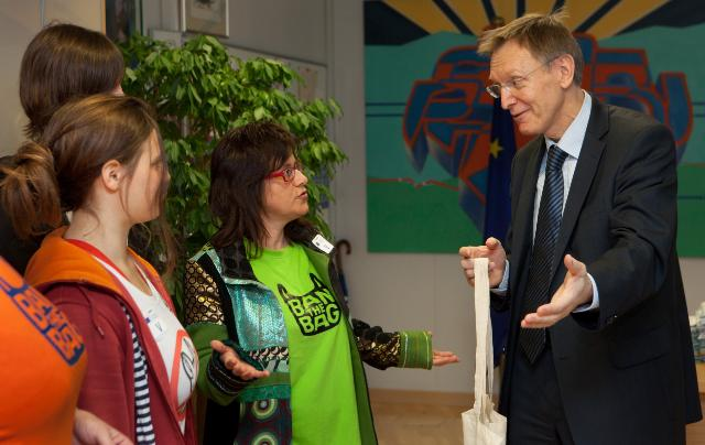Presentation of a petition against the use of plastic bags by WWF and YTAE, to Janez Potočnik, Member of the EC