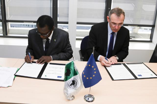 Signing ceremony of a cooperation arrangement between AfDB and EC by Andris Piebalgs, Member of the EC, and Emmanuel Ebot Mbi, First Vice-President and COO of the AfDB