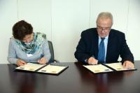 Signature du partenariat pluriannuel entre l'UE et la Bolivie par Viviana Caro, à gauche, et Neven Mimica