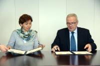 Cérémonie de signature du partenariat pluriannuel entre l'UE et la Bolivie par Viviana Caro, à gauche, et Neven Mimica