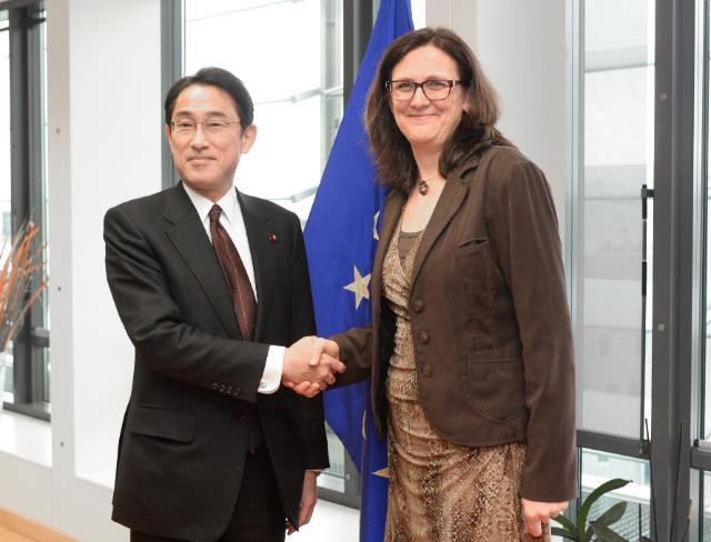 Visite de Fumio Kishida, ministre japonais des Affaires étrangères, à la CE