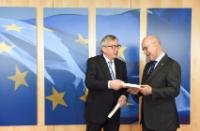 Josep Antoni Duran i Lleida, on the right, receiving a book from the hands of Jean-Claude Juncker