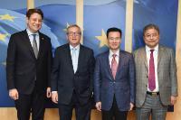 Visie de Philipp Mißfelder, membre du Bundestag allemand, Ye Jianming, président du China Energy Fund Committee, et Zang Jianjun, directeur exécutif de la commission du China Energy Fund Committee de la China Energy Company