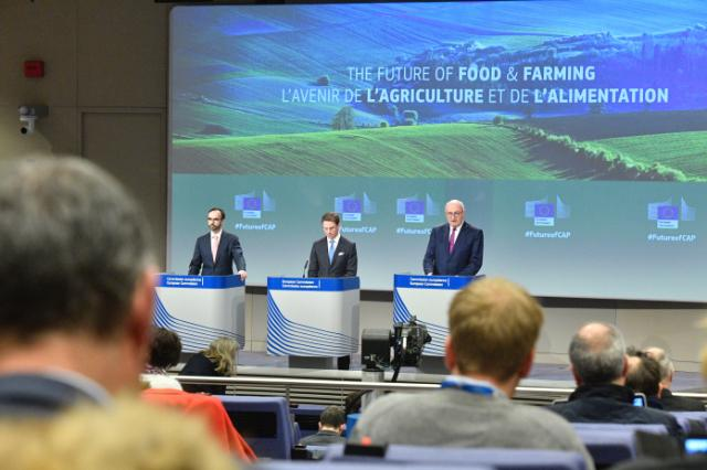 Joint press conference by Jyrki Katainen, Vice-President of the EC, and Phil Hogan, Member of the EC, on the Communication on