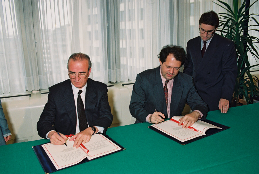 Signing of an agreement cutting customs duties on Chilean exports of apples and pears