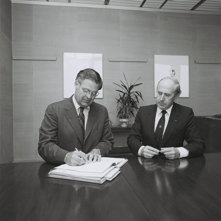 Signing of an agreement between the CEC and Amdahl Corporation