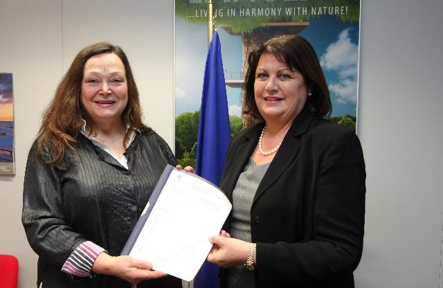 Presentation of the Manifesto for Integrated Action on the Gender Dimension in Research and Innovation to Máire Geoghegan-Quinn, Member of the EC