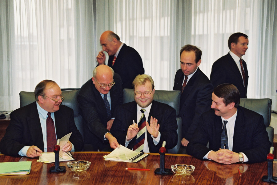 Signing of an agreement between the EEC and Estonia