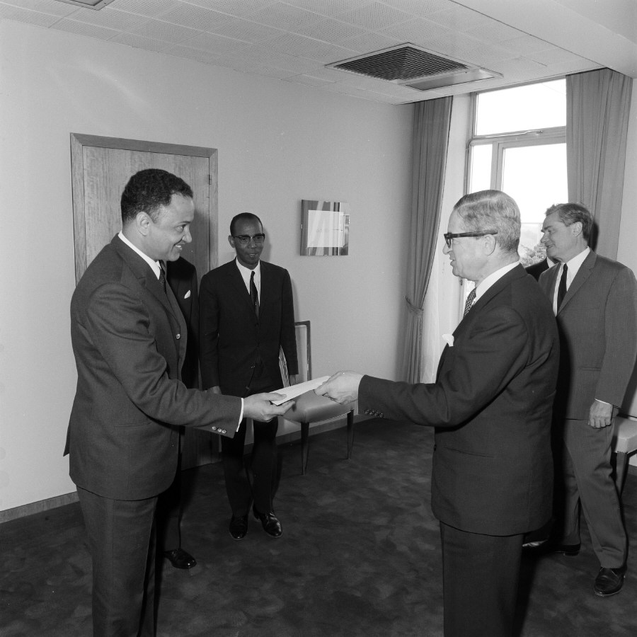 Presentation of the credentials of the Head of the Mission of Niger to Jean Rey, President of the CEC