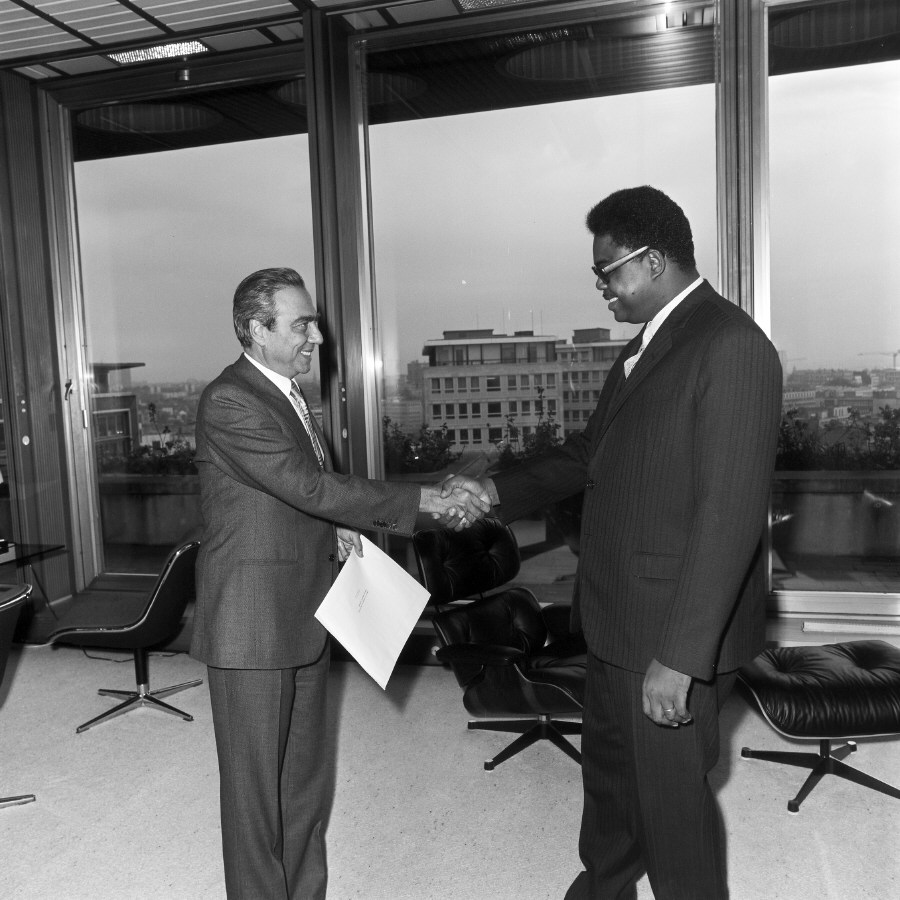 Presentation of the credentials of the Head of the Mission of the Democratic Republic of Congo to François-Xavier Ortoli, President of the CEC
