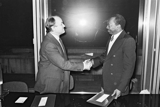 Signing of a financing convention EEC/Guinea by Claude Cheysson, Member of the CEC, and N'Faly Sangare, Guinean Minister for the Plan