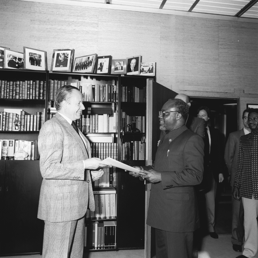 Presentation of the credentials of the Head of the Mission of Zaire to Gaston Thorn, President of the CEC