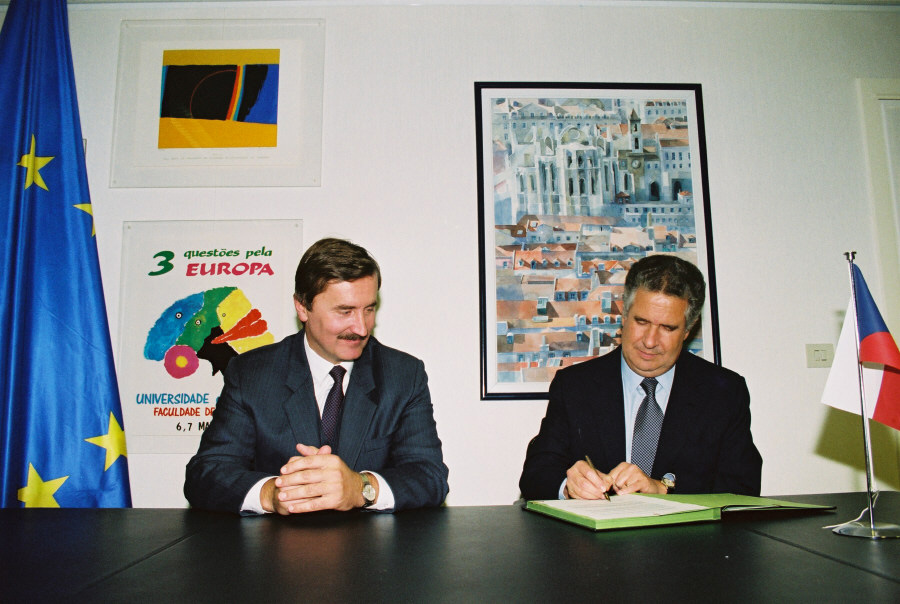 Signing of the agreement extending BC-NET to the Czech and Slovak Federal Republic