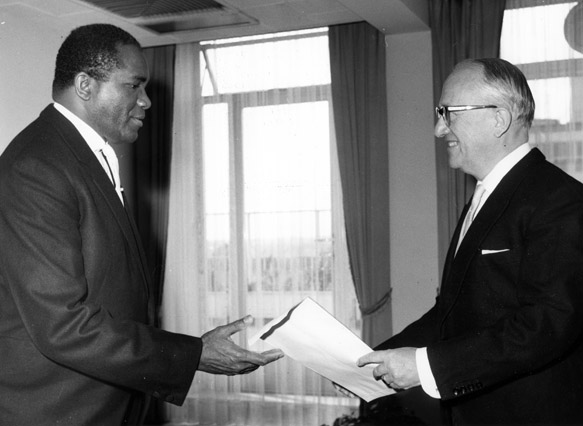 Presentation of the credentials of the Head of the Mission of Trinidad and Tobago to Walter Hallstein, President of the Commission of the EEC