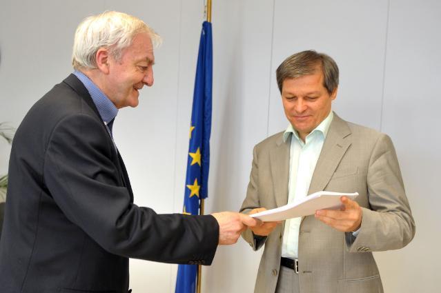 Remise du rapport sur le débat public sur la PAC à Dacian Cioloş, membre de la CE