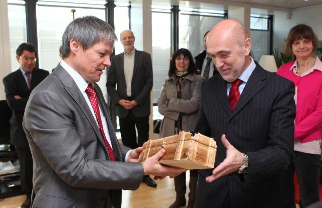 Remise de prix  par Dacian Cioloş, membre de la CE, aux lauréats d'un concours photo interne