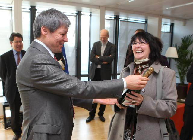 Presentation of the prizes by Dacian Cioloş,  Member of the EC, to the winners of the in-house photo competition