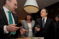 Henri Winand, CEO of Intelligent Energy and Member of the Governing Board of the Fuel Cells and Hydrogen Joint Undertaking (FCH JU 2), Máire Geoghegan-Quinn and José Manuel Barroso, holding plug devices (in the foreground, from left to right)
