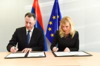 Signature of the Agreement formalising the entry of Armenia in the COSME programme by Elżbieta Bieńkowska, Member of the EC, and Karen Chshmaritian, Armenian Minister for Economy