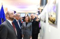Participation de Martin Schulz, président du PE, et Jean-Claude Juncker, président de la CE, au vernissage de l'exposition photo 'Beneath the Carob trees'