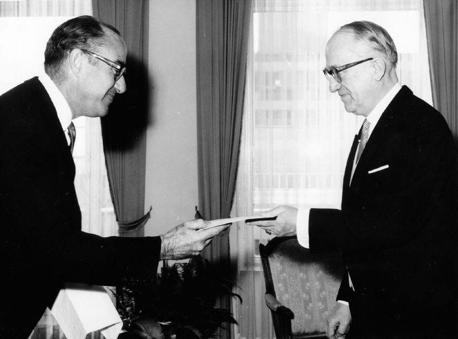 Presentation of the credentials of the Head of the Mission of Uruguay to Walter Hallstein, President of the Commission of the EEC