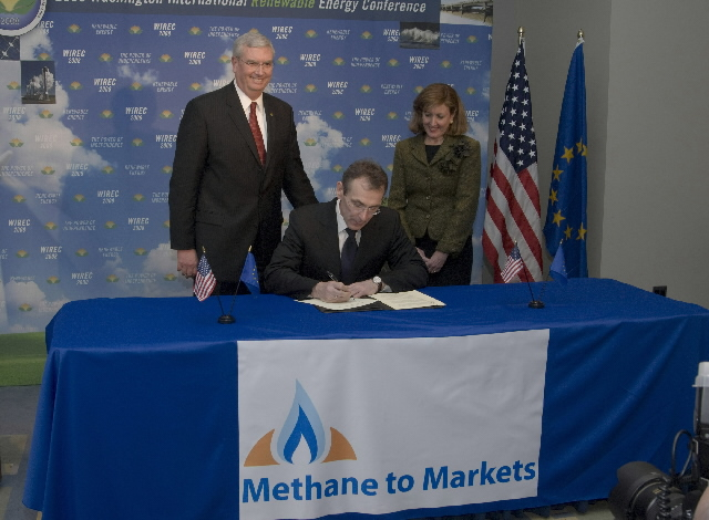 Signature by Andris Piebalgs, Member of the EC, of the Accession Protocol of the Methane to Markets Partnership (M2M).