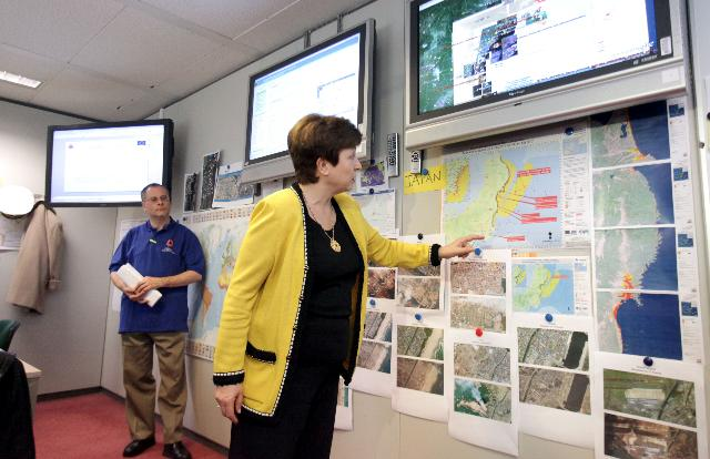 Visite de Kristalina Georgieva, membre de la CE, au Centre de suivi et d'information sur l'évolution de la situation au Japon