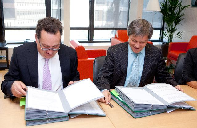 Signature of an agreement on working modalities in the field of agriculture by Dacian Cioloş, Member of the EC, and José Manuel Silva Rodríguez, Director-General of the DG Agriculture and Rural Development of the EC