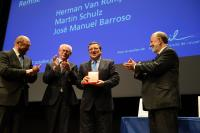 José María Gil-Robles, 1st from the right, Martin Schulz, 1st from the left, and Herman van Rompuy, 2nd from the left, all applauding José Manuel Barroso, holding the Gold Medal of the Jean Monnet Foundation for Europe