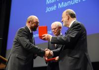 Handshake between José María Gil-Robles, on the right, holding the Gold Medal of the Jean Monnet Foundation for Europe, and Martin Schulz, on the left, in the presence of Herman van Rompuy