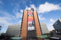 L'affiche du  'Socle européen des droits sociaux' sur le bâtiment Berlaymont en vue du sommet social à Gothenburg