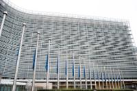 Les drapeaux du bâtiment  Berlaymont en berne en hommage à Arnaud Beltrame, mort en héros dans les attentats de l'Aude en France