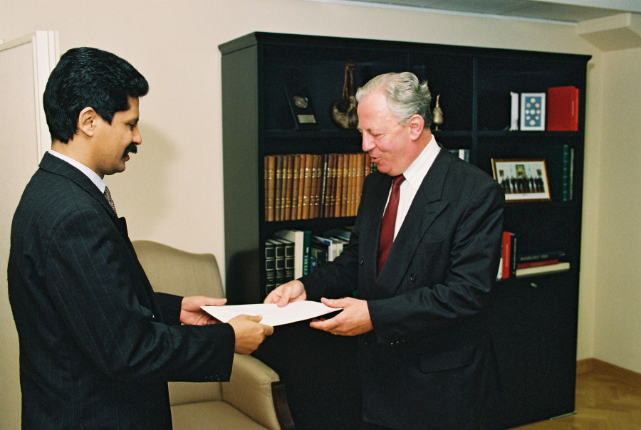 Presentation of the credentials of the Heads of Mission to Jacques Santer, President of the EC