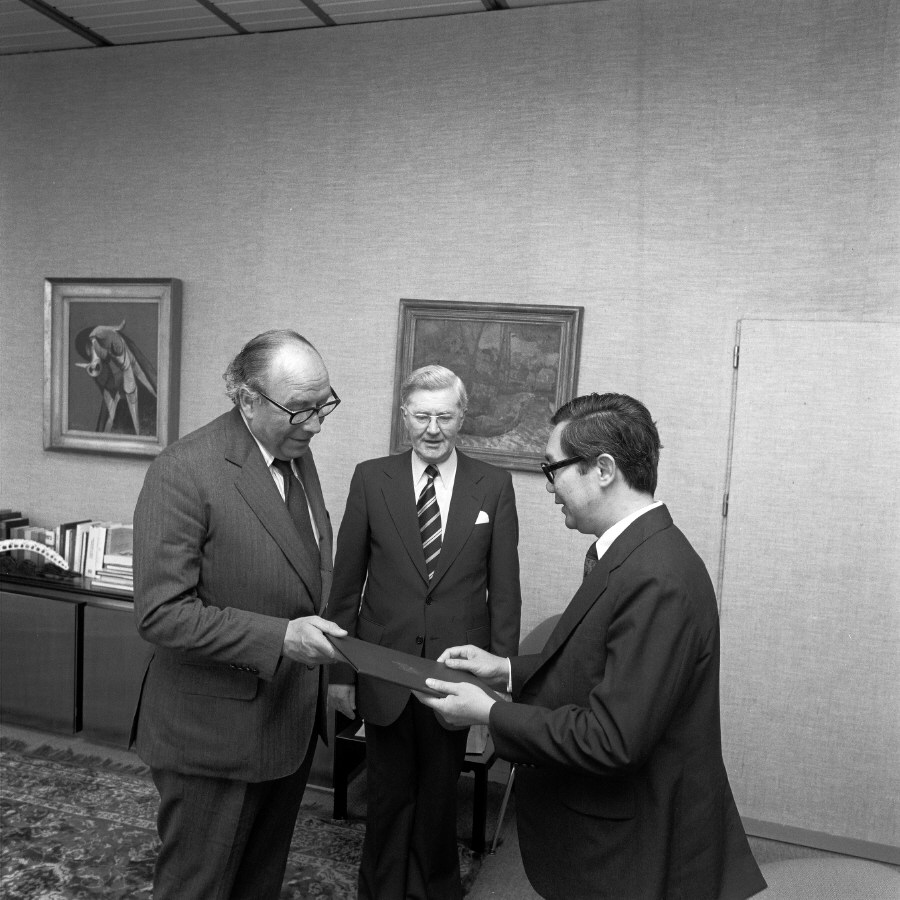 Presentation of the credentials of the Head of the Mission of Singapore to Roy Jenkins, President of the CEC