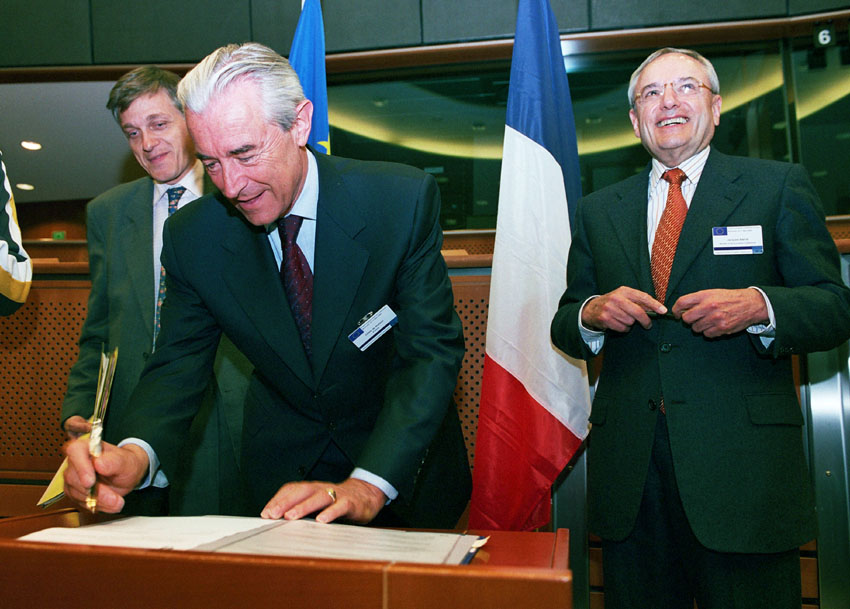Signature of a European Union Solidarity Fund contract at the EP