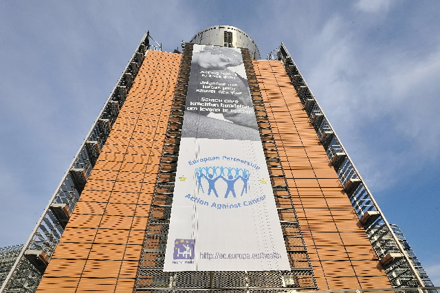 The poster of the launch of the European Partnership for Action Against Cancer, on the Berlaymont building