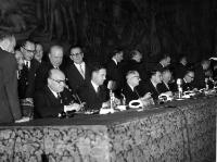 Seen here, seated from left to right, signing the Treaties for Belgium, France and Germany, Paul-Henri Spaak, Jean-Charles Snoy et d'Oppuers, Christian Pineau, Maurice Faure, Konrad Adenauer and Walter Hallstein© AP - Redistribution of the image by third parties not authorised