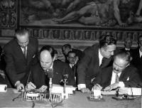 Joseph Luns and Johannes Linthorst-Homan, seated from left to right, signing the Treaties on behalf of the Netherlands, in presence of Christian Calmes, Secretary General of the Council of Ministers of the ECSC, seen here standing on the right, next to Johannes Linthorst-Homan© AP - Redistribution of the image by third parties not authorised