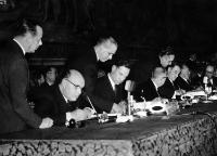 Seen here, seated from left to right, signing the Treaties for Belgium, France, Germany and Italy, Paul-Henri Spaak, Jean-Charles Snoy et d'Oppuers, Christian Pineau, Maurice Faure, Konrad Adenauer, Walter Hallstein and Antonio Segni© AP - Redistribution of the image by third parties not authorised