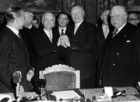 Antonio Segni and Konrad Adenauer, left to right, in the middle, joining hands following the signing of the Treaties, surrounded by other signatories and delegations members - Gaetano Martino,  Attilio Cattani, Italian Permanent Representative to the EEC, and Joseph Bech, amongst others (from left to right)© AP - Redistribution of the image by third parties not authorised
