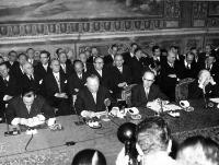 European polititians are concentrated while signing the treaty for the European Common Market and the Euratom, Rome's City Hall, Italy, March 25, 1957. Seated from left to right are: French Foreign Undersecretary Maurice Faure, German Chancellor Konrad adenauer, German Foreign Affairs Underseretary Walter Hallstein, Italian Premier Antonio Segni and Italian Foreign Minister Gaetano Martino. (AP Photo/Stf)© AP - Redistribution of the image by third parties not authorised