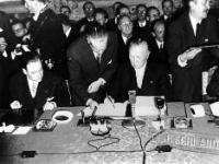 Konrad Adenauer, seated on the right, signing the Treaties on behalf of Germany in the presence of Christian Pineau, seated on the left, and Christian Calmes, Secretary General of the Council of Ministers of the ECSC, standing on the right © AP - Redistribution of the image by third parties not authorised