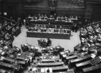 Former Prime Minister of Italy Giuseppe Pella stands, center, in front of Giovanni Leone, President of the Chamber of Depuities, and speaks on Euratom and the Common Market, during discussions in the Chamber of Deputies, in Rome, July 28, 1957. (AP Photo/Atenni)© AP - Redistribution of the image by third parties not authorised